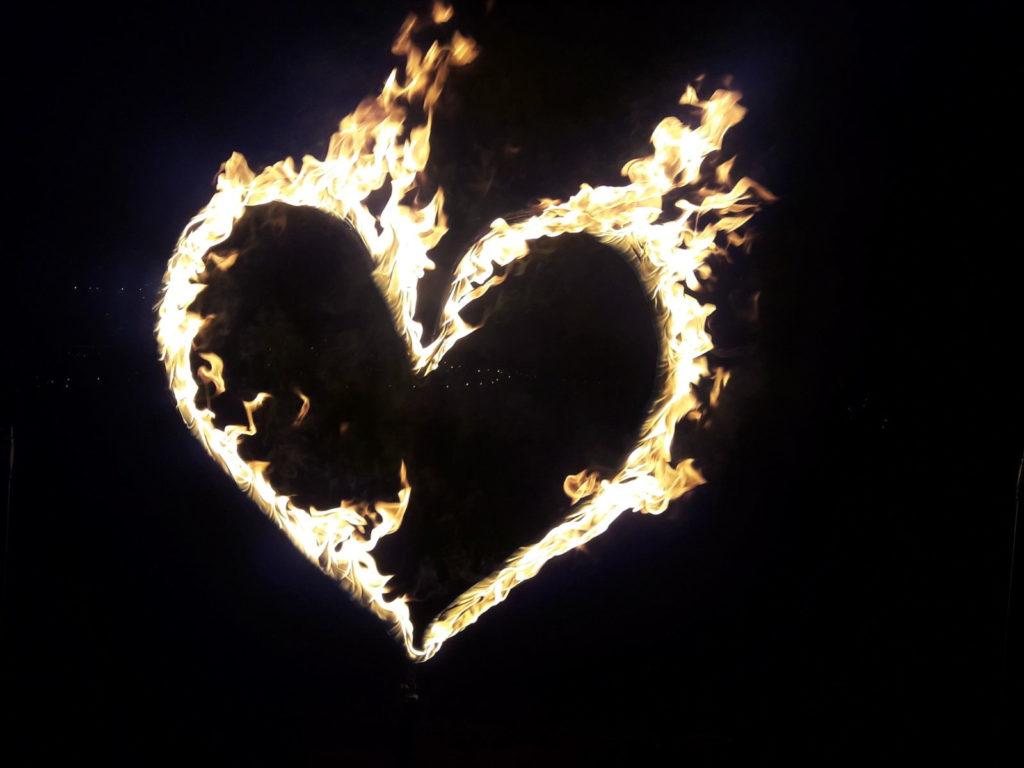 Ein brennendes Herz für Liebende. Etwas anderes als ein Feuerwerk